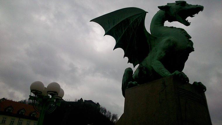 A Sárkány-híd jellegzetes szobrával.