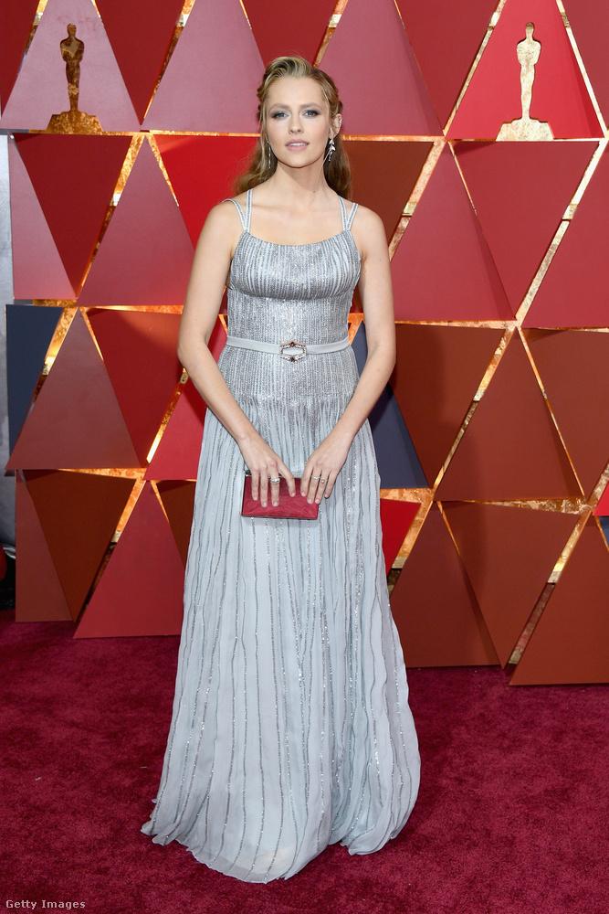 Ez egy tök jó ruha Teresa Palmer színésznőn, csak az az öv baromira nem jó ott
