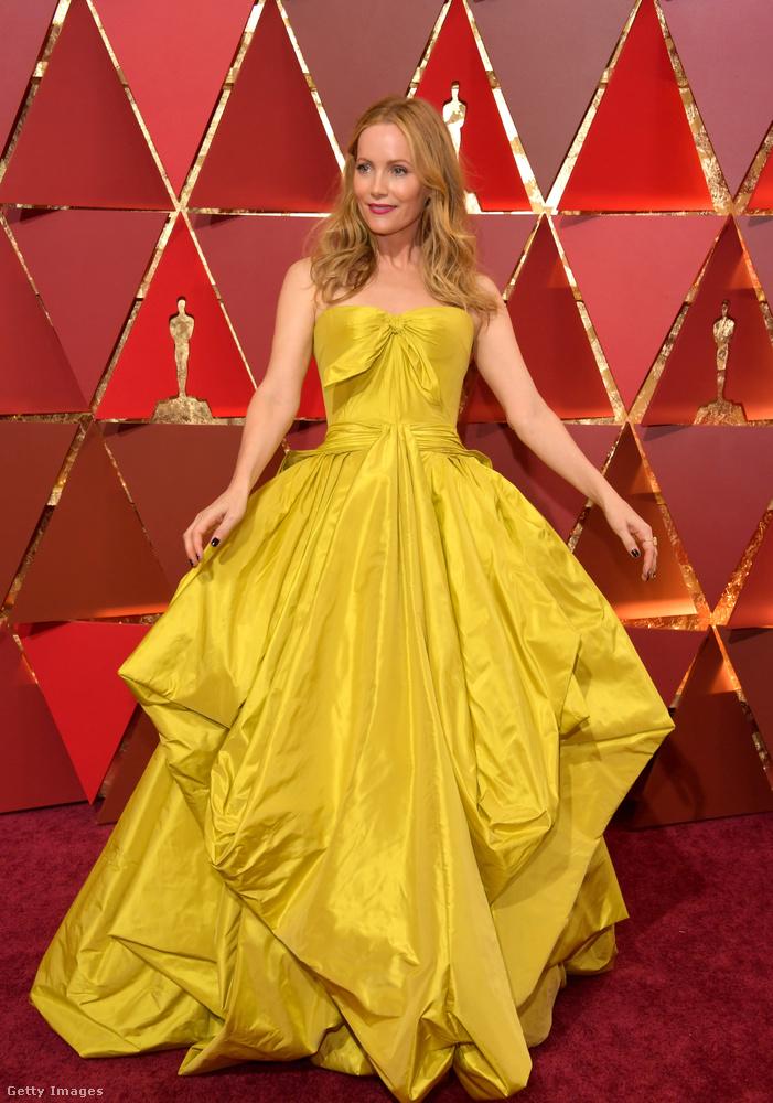 Leslie Mann ruháját Zac Posen tervezte, és biztosak vagyunk benne, hogy van olyan szög és olyan pillanat, amiből és amikor ez a ruha jól néz ki