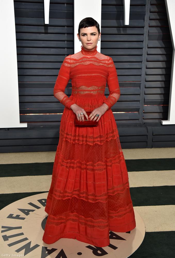 Ginnifer Goodwin ruháját sokan kritizálták, szerintünk egyáltalán nem rossz, de ez a haj ezzel a sminkkel és arckifejezéssel majdnem olyan vérfagyasztó, mint Lily Collins rekordelőnytelen fotója.