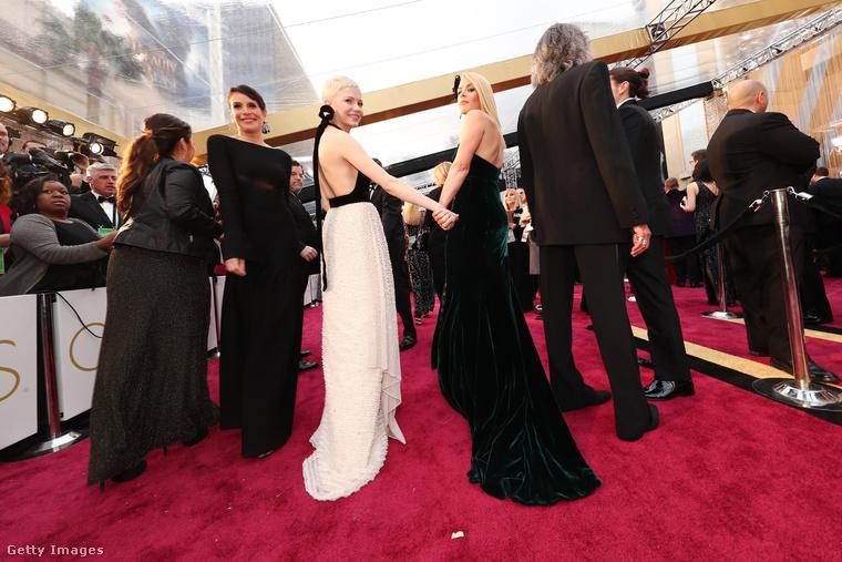 Haladjunk tovább, különben sosem derül ki, mekkora a torlódás egy Oscar-gála vörös szőnyegén!A kézenfogós pár tagjai: bal oldalon Michelle Williams, jobbon Busy Phillips színésznők