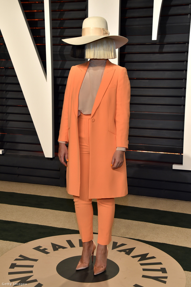 Sia viszont hozta a formáját, és nem mutatta megaz övét