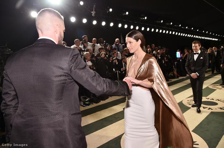 Justin Timberlake itt kicsit úgy néz ki, mintha a ruhájánál fogva húzta volna el a feleségét