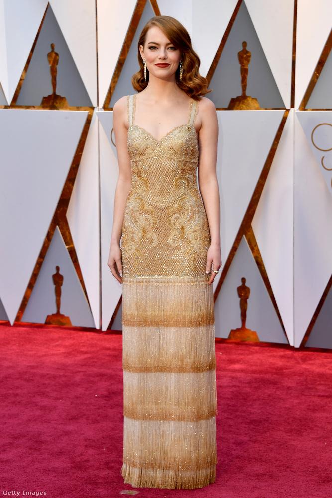 Egy pillanatig csodálják meg Emma Stone-t, aki itt még nem tudta, hogy Oscar-díjat kap, pláne, hogy a legjobb barátnője vállán sír majd emiatt