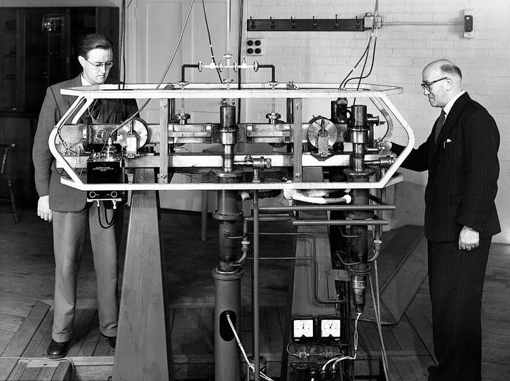 Jack Parry (balra) and Louis Essen a Caesium Mk. 1 atomórával