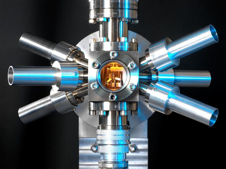 Ez a stronciumos optikai rácsos atomóra, amit ugyancsak a NPL-ben építettek, állítólag háromszázezerszer pontosabb, mint az elsőként épített atomóra.