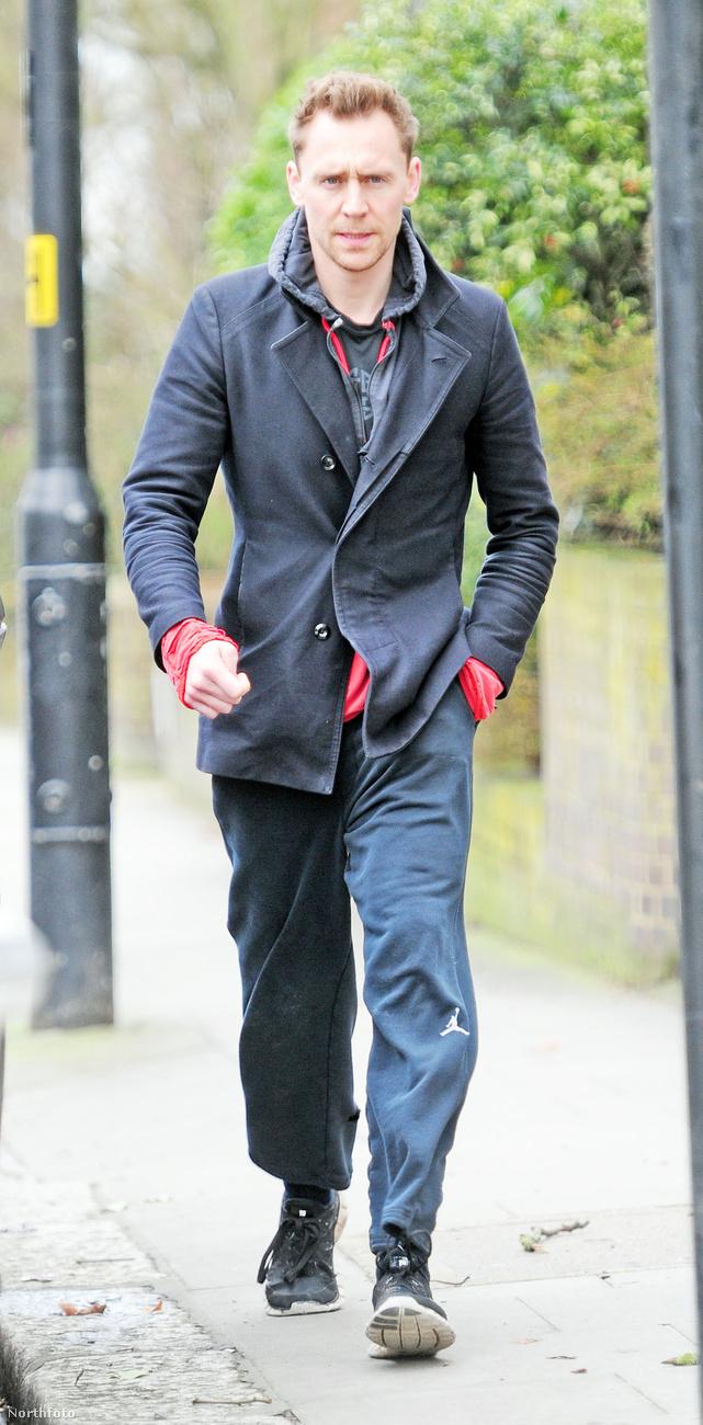 Látja jönni Tom Hiddlestont? Bizony, határozottan lépdel ön felé, csak azért nem ismeri fel, mert nem így szokott megjelenni általában.