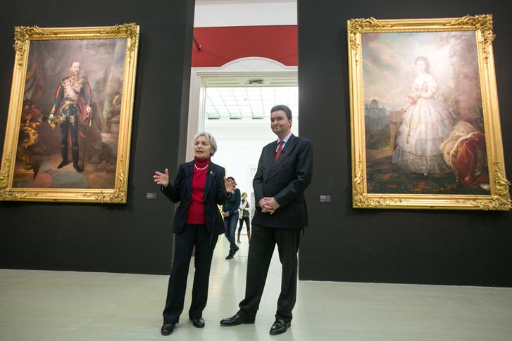 Sármány-Parsons Ilona, a tárlat tudományos kurátora és Habsburg György Ferenc József és Erzsébet királyné portréi között