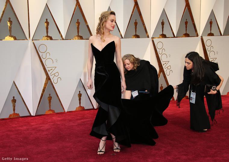 mint láthatják, a szépen vonuláshoz csatlósok kellenek, akik szépen elrendezik az uszályt, hogy minden színésznő spontán tűnjön gyönyörűnek.