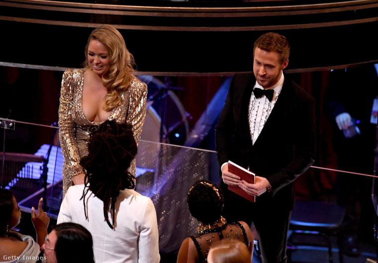 Gosling is figyelt, biztosan, csak ő emellett a partnerével is el volt foglalva - mint láthatják, nem gyermekei anyját, Eva Mendes színésznőt vitte magával a gálára.