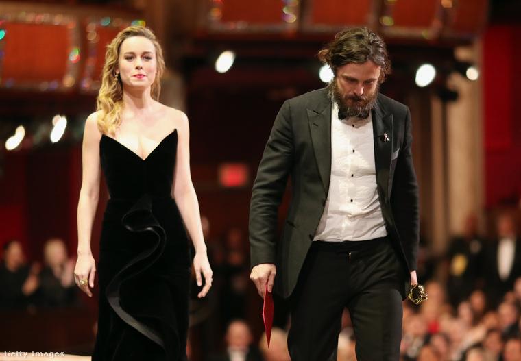 Csak hogy lássák a különbséget, itt éppen a már emlegetett Brie Larson adta át a legjobb férfi főszereplő díját Casey Afflecknek