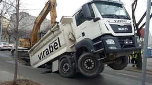 Teherautót nyelt el az aszfalt a XIII. kerületben