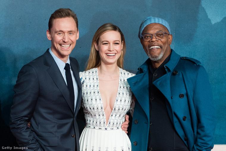 Ha önnek sikerül, akkor itt hívnánk fel a figyelmet a két férfi színész furcsa mosoly-nevetésére - még a színésznőé tűnik valamelyest őszintének.