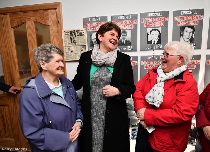 Arlene Foster egy Armagh-i múzeumba látogatva kampányol február 27-én.