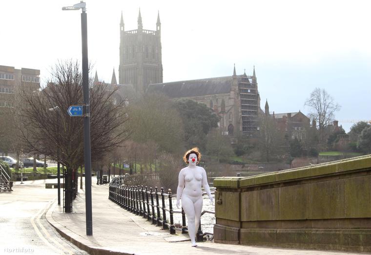 A fehér testfestésétől, piros bohócorrától és göndör parókájától eltekintve anyaszült meztelen nő valamilyen furcsa indíttatásból kizárólag vasárnap reggelenként rója Worcester utcáit.
