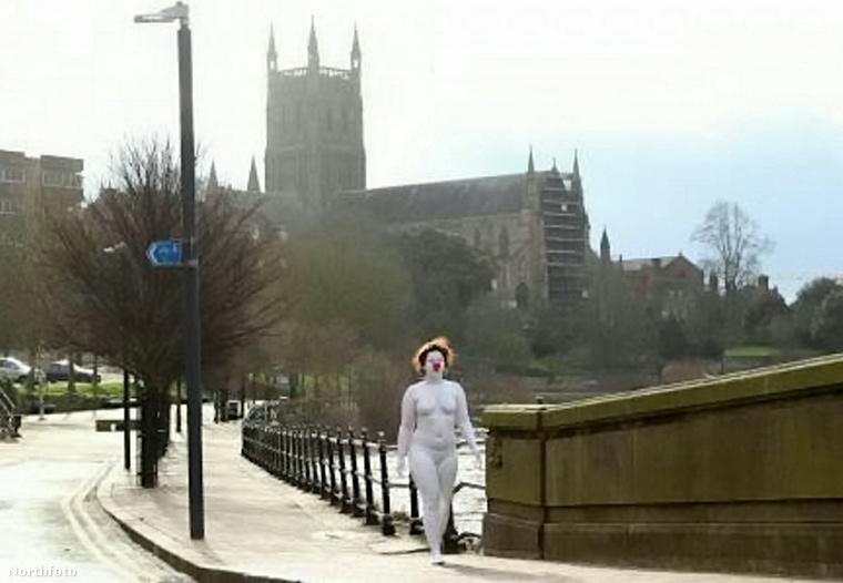 A Londonban garázdálkodó rejtélyes nyúlember után újabb fura figura tűnt fel egy brit városban