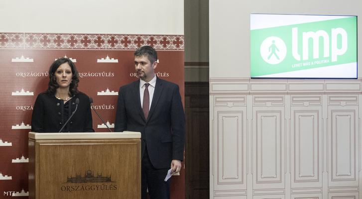 Szél Bernadett az LMP társelnök-frakcióvezetője és Hadházy Ákos a párt társelnöke sajtótájékoztatót tart az Országház sajtótermében 2017. február 27-én.