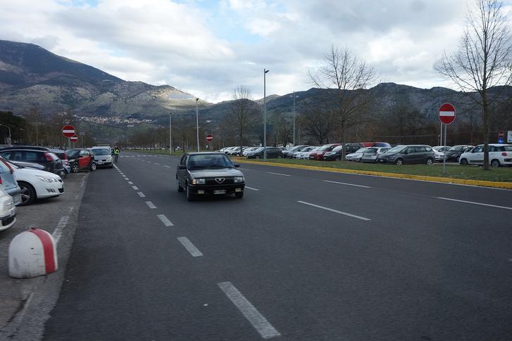 Ahol a Giuliát gyártják: 33-as a cassinói gyár előtt, most februárban. Ott is tudják, mi a jó