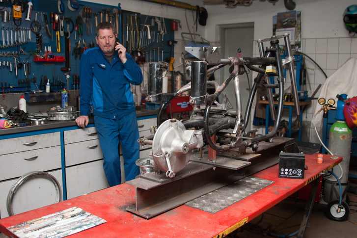 A motorépítés hobbi, ez egy barátjának készül - és természetesen ez is BMW