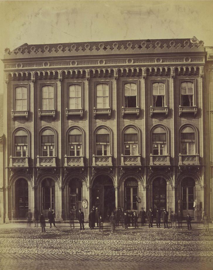A ház harminc évvel megépülte után (valamikor 1880 és 90 között) még mindig kitűnő állapotban volt. Az elmosódott alakok olyanok előtte, mintha egy látványterven lennének