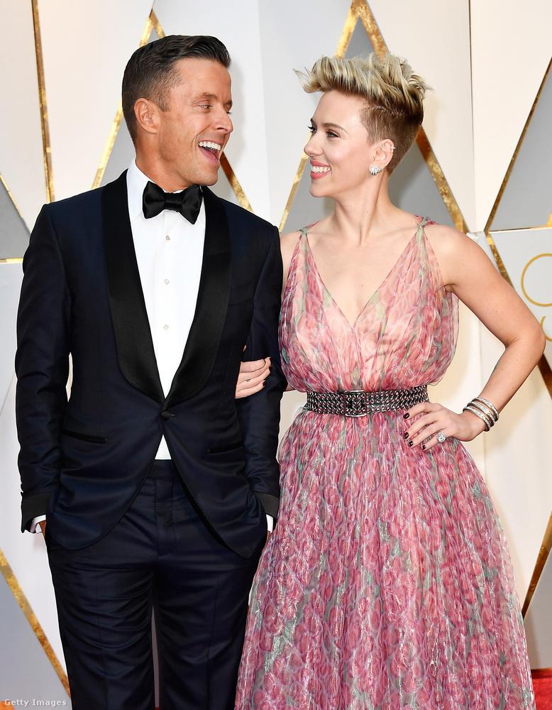 Scarlett Johanssont nem rég egy új fiatalember mellett leltük az Oscar-gálán, akit Joe Machotának hívnak, és ugyan egyelőre tisztázatlan, hogy mennyire komoly az ő kapcsolatuk, az mégis tényként kezelendő, hogy valami van köztük