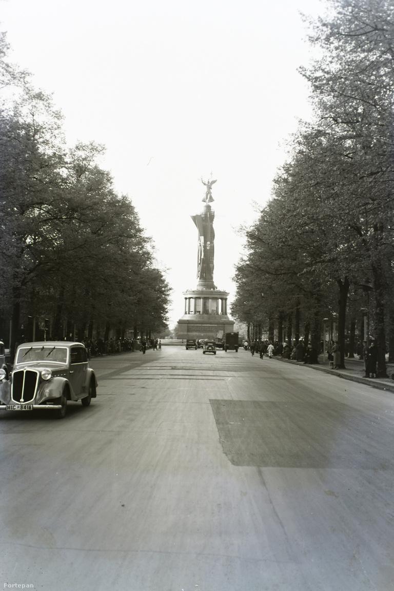 Berlin kiemelt turistalátványossága és kilátóhelye, ahol Wenders angyalai is gyülekeztek, a hajdani porosz diadal emlékére emelt angyalos győzelmi oszlop, itt horogkeresztes náci lobogókba csomagolva. Az eleve grandiózus Siegessäule magasságát 1938-39-ben vagy hat méterrel megnövelték, és új, reprezentatív helyet találtak neki: a Königsplatzról mai állomáshelyére, a Großen Stern körfargalmának közepére költöztették, egyenesen a harmadik birodalom tervezett epicentrumába.