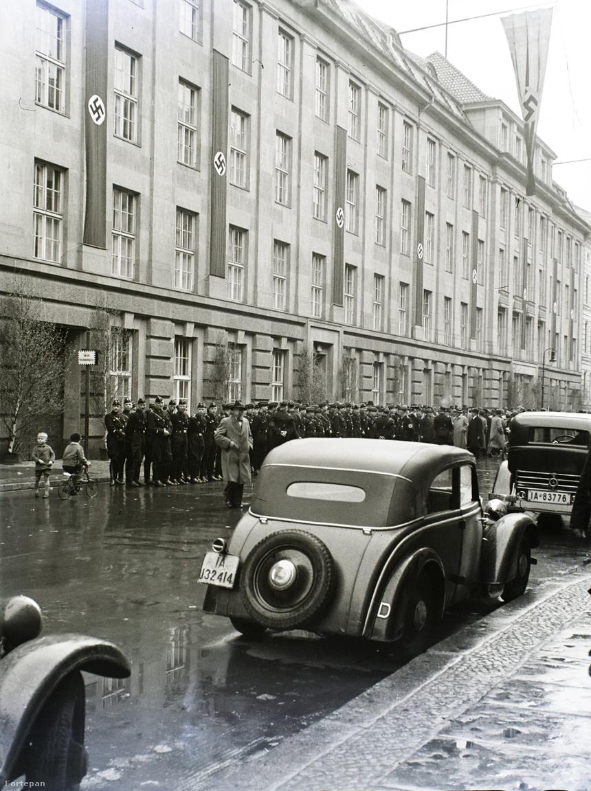 """Sztójay Döme berlini követen keresztül elsőnek Magyarország sietett az Anschluss de jure elismerésével. Ezzel tulajdonképpen megelőzték magát Németországot is, ott ugyanis, a parlamenti választásokkal együtt, majd április 10-én tartanak népszavazást a kérdésről. """"Amire még nem volt példa a német szavazások történetében: délelőtt féltíz órakor már a falvak legnagyobb részében le lehetett zárni a szavazást, mert az összes szavazásra jogosultak száz százalékban leszavaztak"""" - tudósított a magyar sajtó is az eseményről. Tárgyszerűen, az eredmény ugyanis a mai Észak-Koreát idézi: 99,5 százalékos részvétel mellett 98,9 százalék szavazott igennel. A képen készenlétben az SS rendfenntartó gárda."""