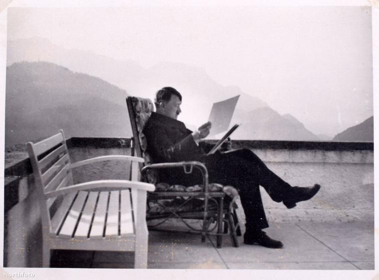 Ezen az idilli képen a diktátor békésen olvasgat az erkélyen