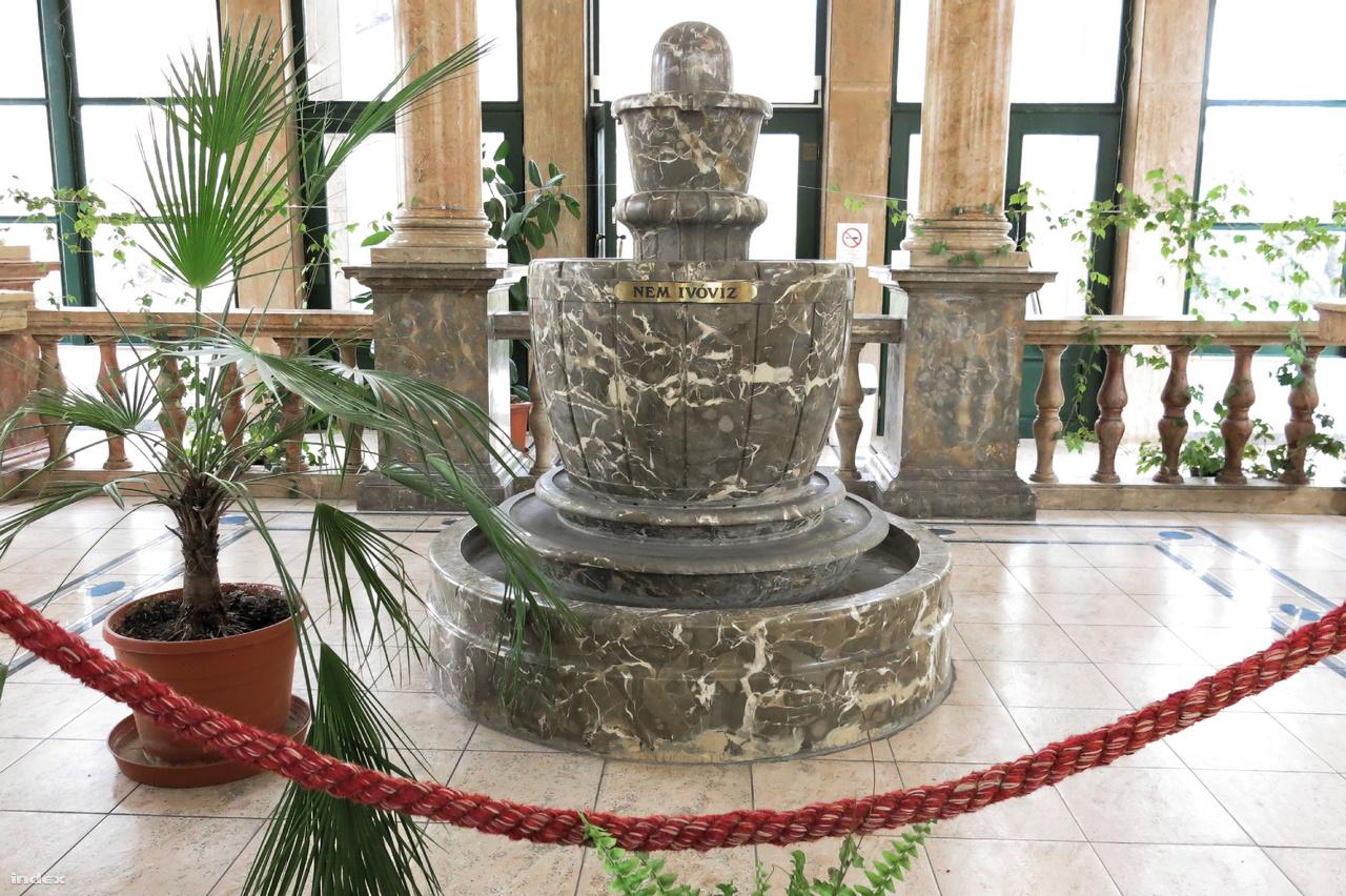 A Lukács fürdő ivócsarnokában a szökőkút Zuhányai Mészkőből készült, a korlátok, oszloptalapzatok anyaga jura korú (sárga és vörös) Siklósi Mészkő, középső-triász Zuhányai Mészkő és vörös, jura korú Pisznicei Mészkő.