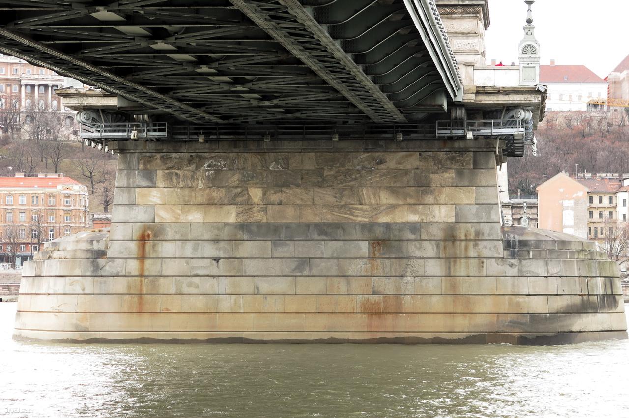 A Lánchíd pillérei jól elkülönülően kétféle kőből állnak: szürkés színű mauthauseni gránit veszi körül a hídtest alatt lévő, négy sornyi sárgás szarmata durvamészkőt.
