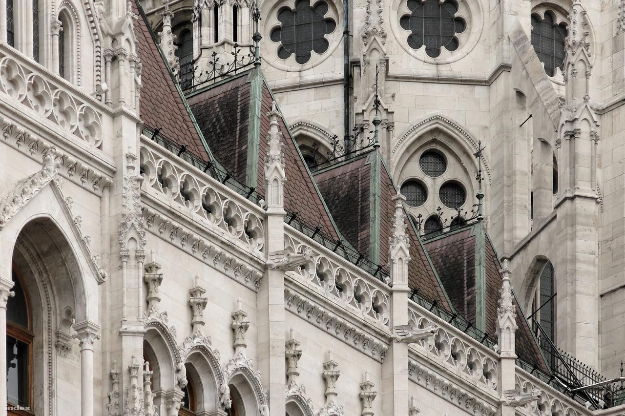 A Parlament homlokzatainak, tornyainak és a kupola díszítésére félmilliónál is több díszkövet faragtak eredetileg szarmata korú durvamészkőből (tinnyei mészkőből). Az épület külső kőfaragványai azonban – leginkább a rossz városi levegő miatt – hamar pusztulásnak indultak, a kőzetfelületek, a faragványok élei és sarkai elmállottak, lekoptak. Az Országház külső kőburkolatának teljes cseréje 2013-ban fejeződött be, ma már ellenállóbb, Süttő térségéből származó, pleisztocén édesvízi mészkő burkolja a Steindl Imre tervezte épületet.