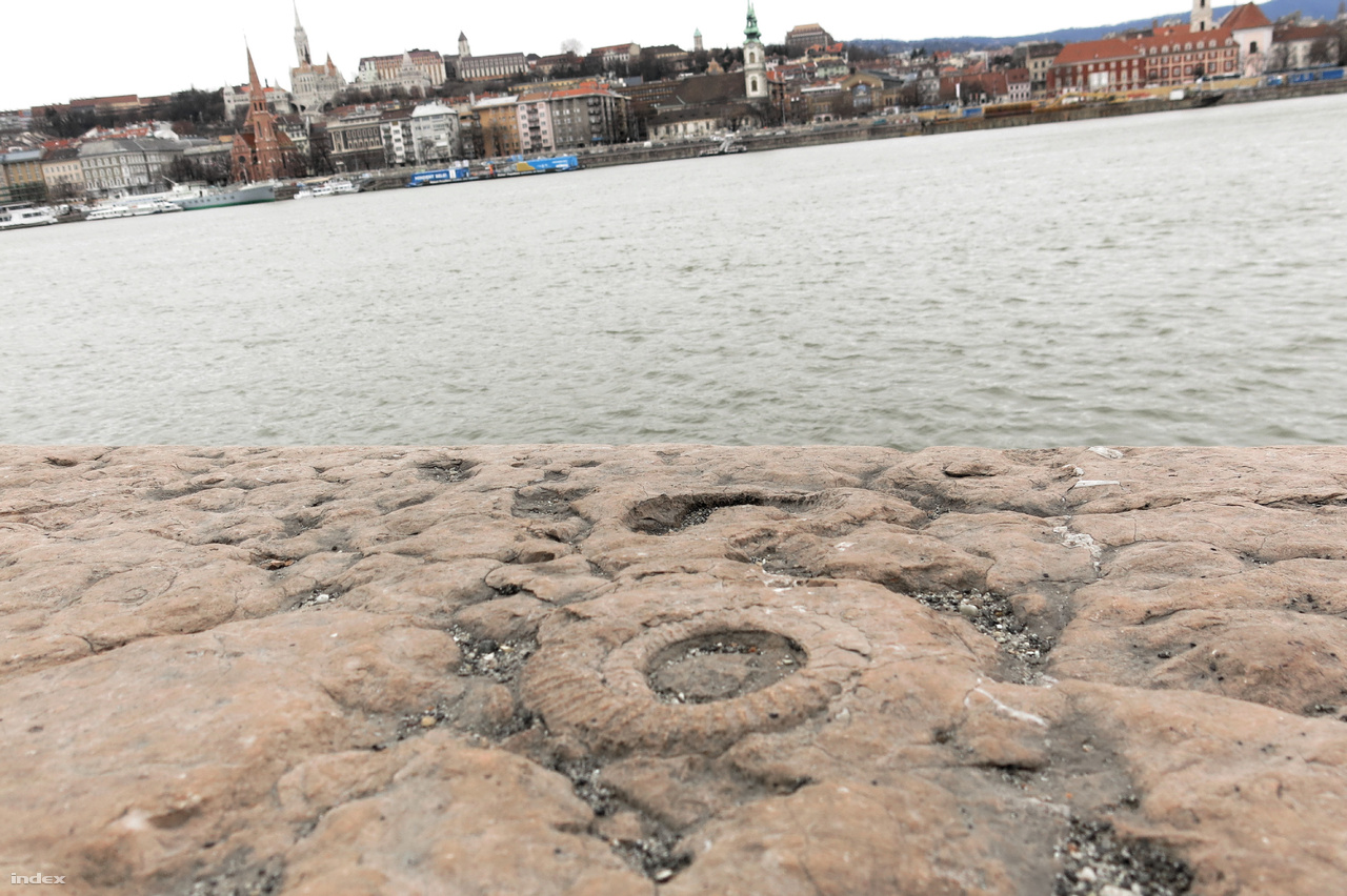 A Duna parton a Parlament előtti rakpartszakasz gerecsei jura Pisznicei Mészkőből faragott tömbökkel van kirakva.