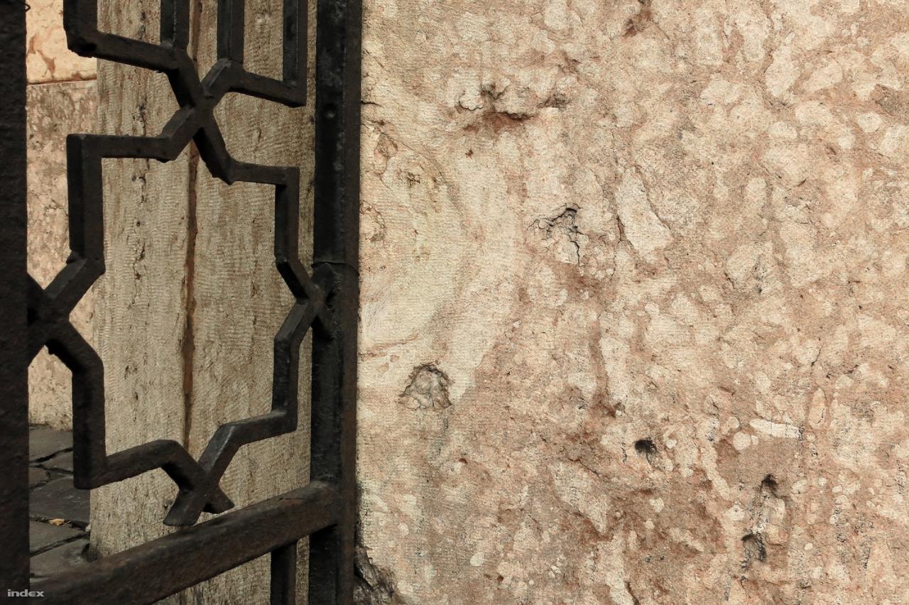 A Dohány utcai zsinagóga lábazata jura időszaki vörös, ammoniteszes, gumós mészkő felhasználásával készült. A vaskerítés és a lábazat találkozásánál egy jókora ammonitesz-maradvány fedezhető fel.