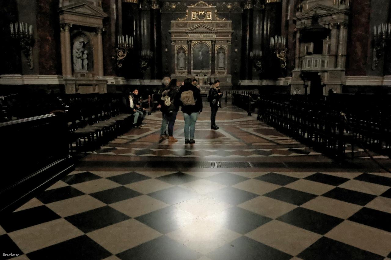 A bazilika belseje is változatos földtani képződményeket rejt, csak a lábunk alá kell nézni.