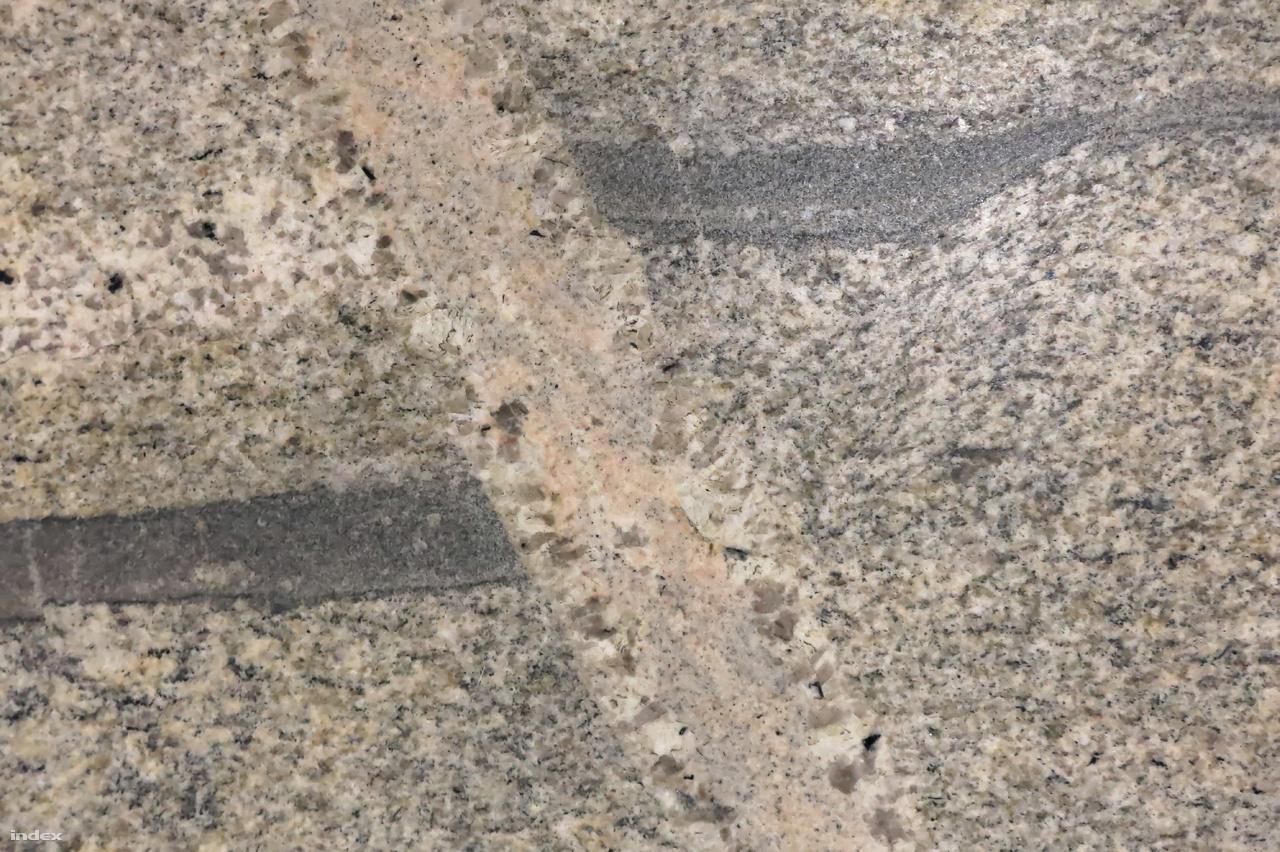 A Westend főként emeleti, világos tónusú padlóburkolatait a gyakori, de azért különleges granulit alkotja. A granulit a metamorf kőzetek közé tartozik, amely a földkéreg alsó vagy középső részén uralkodó viszonyok között keletkezik a kontinentális lemezek belsejében. Képződéséhez több mint 700 °C-ra és 10–15 kbar-nál is nagyobb nyomásra van szükség, ami akár 40–50 km-es mélységet is jelent.