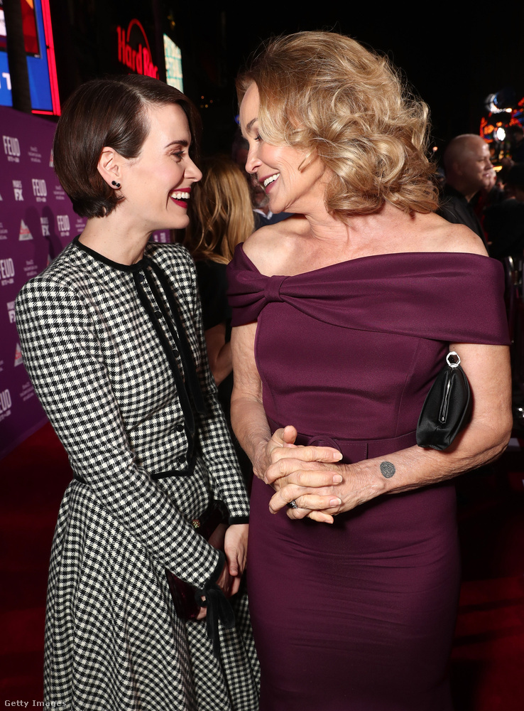 Sarah Paulson és Jessica Lange kölcsönös mosolygásával kezdjük összeállításunkat a Feud című filmsorozat március 1-jei premierjéről