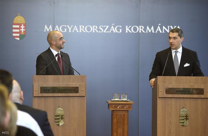Lázár János a Miniszterelnökséget vezető miniszter (j) szokásos heti sajtótájékoztatóját tartja az Országházban