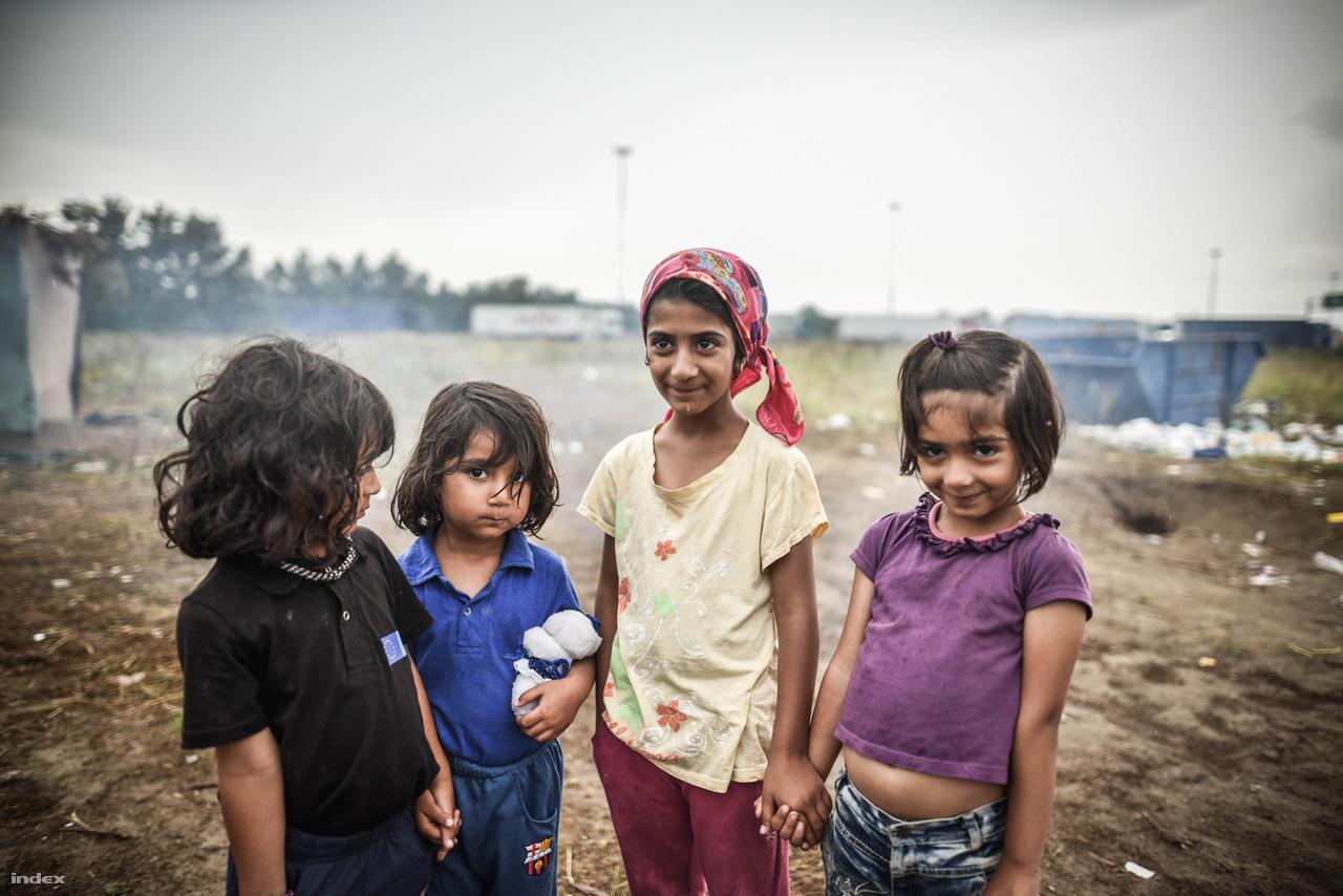 Menekült gyerekek a horgosi menekülttáborban 2016 júniusában.