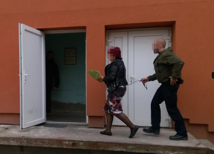 Dobrai Sándorné, miután elfogták Belize-ben, és Magyarországra szállították