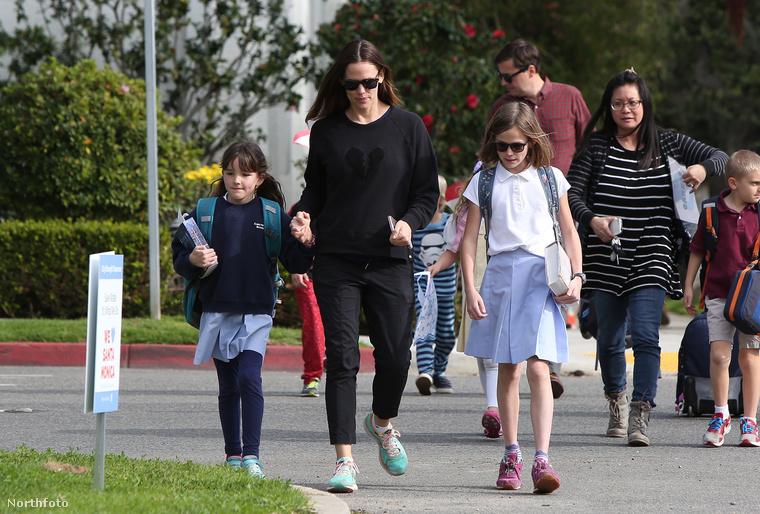 Ezek után mit vesz fel Jennifer Garner egy hétköznap délutánon, amikor elmegy a gyerekekért a suliba?