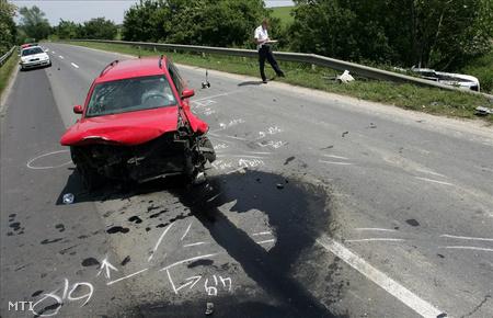 Rendőrök helyszínelnek a 7-es úton Nagyrécse és Zalasárszeg között, ahol összeütközött három autó (Fotó: Varga György)