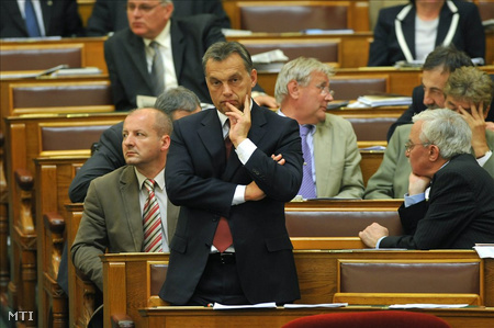 Orbán Viktor állva pihentette a hátát