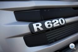 Az R a ma futó Scania teherautó-generációt jelöli, a 620 pedig a teljesítményt lóerőben
