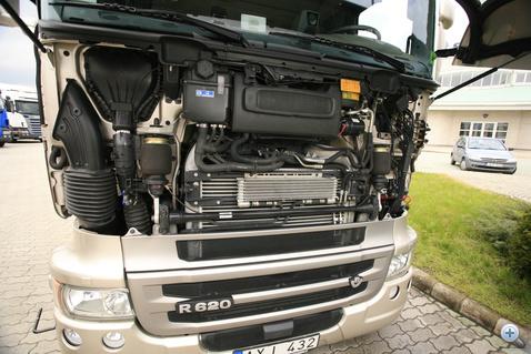 Hűtő-részleg: a Scania homlokfalát gyakorlatilag teljesen meg kellett nyitni, hogy elég levegő jusson a hűtőkhöz. A kipufogógáz-visszavezetéses (EGR) emisszió-javításhoz további hűtők kellettek volna, ezért – hely híján – utólagos kipufogógáz-tisztítású (SCR) a V8-as motorcsalád