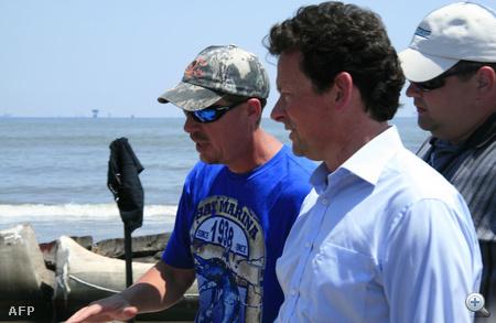 Tony Hayward a BP vezérigazgatója helyszínbejáráson a Lousianai partoknál