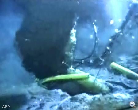 Ebből a csőből ömlik az olaj a tengerfenéken