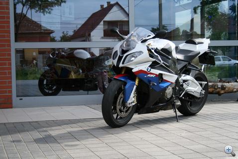 Az ásványezüst metál, viharszürke és méregzöld fényezésekért nem kérnek plusz pénzt. A tesztmotoron a BMW Motorrad Motorsport színkombó volt, ami feláras.