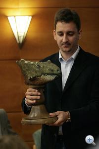Ősi Attila az ajkaceratops kozmai rekonstruált fejével.