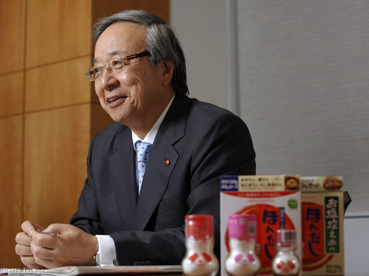 Ito Maszatosi, a japán Ajinomoto Co. elnöke a cég által gyártott nátrium-glutamát termékek társaságában. Az Ajinomoto volt az első cég, amelyik a világon elsőként kezdett nátrium-glutamátot forgalmazni 1909-ben, Japánban, miután Ikeda Kikunae megalkotta a csodás sót.