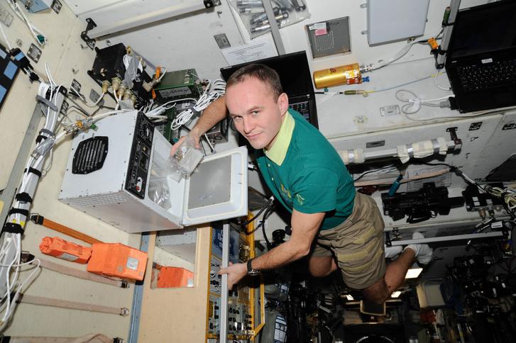 Szergej Rjazanszkij orosz űrhajós tudományos munkát végez a Nemzetközi Űrállomáson (2013)